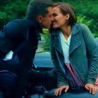 Поцелуй молодой пары